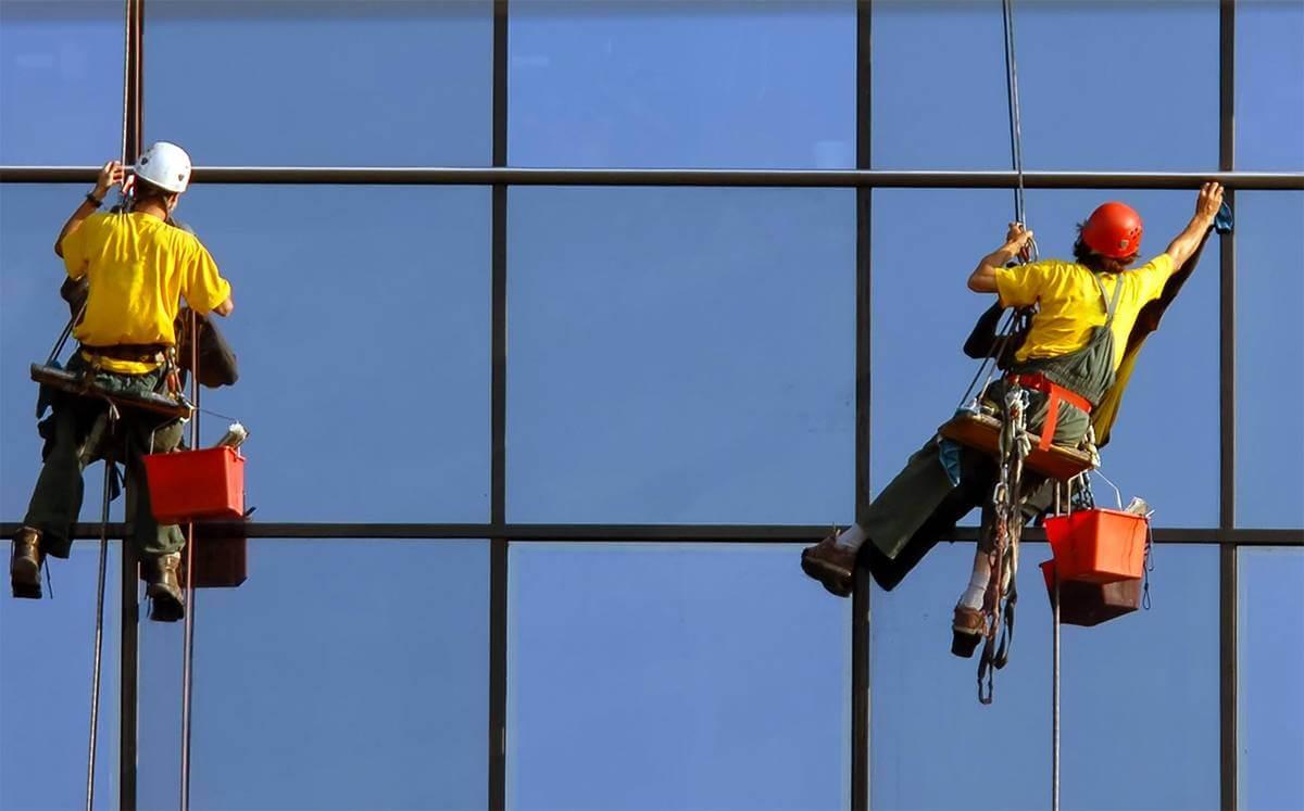 Миття вікон на висоті